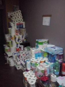 Als er genoeg is, mag je tandpasta en wc-papier komen halen