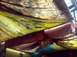 Kleurige doeken sieren de speel- en eetruimte