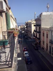 Vanuit Reggio Calabria kun je heel in de verte Sicilië zien liggen.