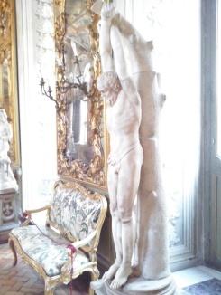 Eén van de vele marmeren beelden in de Galleria degli Specchi.