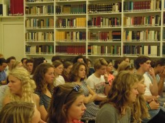 Het publiek: leerlingen en docenten van het Gemeentelijk Gymnasium Hilversum.