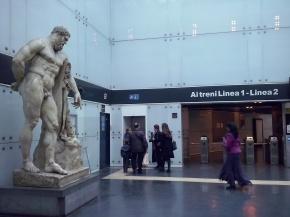 Kopie van Hercules-beeld in de metro, origineel in het Nationaal Archeologisch Museum van Napels.