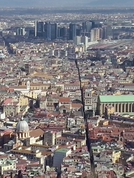 De oude 'decumanus' die Napoli in tweeën deelt (Spaccanapoli).