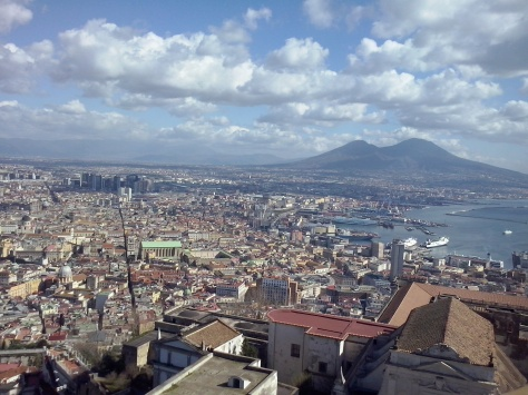 De Spaccanapoli vanaf Castel Sant'Elmo met uitzicht op de Vesuvius.