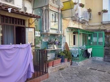 De 'bassi', benedenhuizen van Napels.