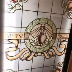 Glas-in-loodraam in het ziekenhuis op het Tiber-eiland.