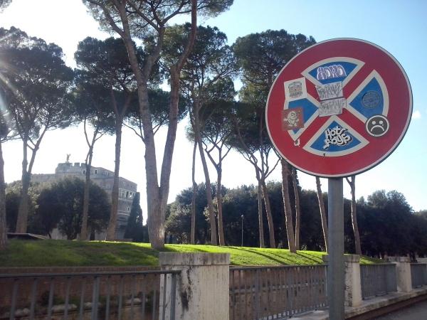 Verkeersborden lezen is vaak lastig in Rome...