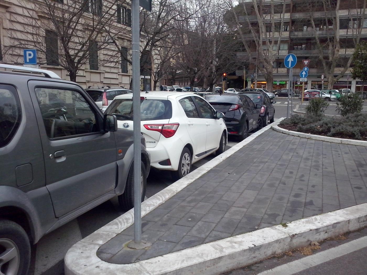 Auto's om een verkeerseiland parkeren? In Rome de normaalste zaak van de wereld...