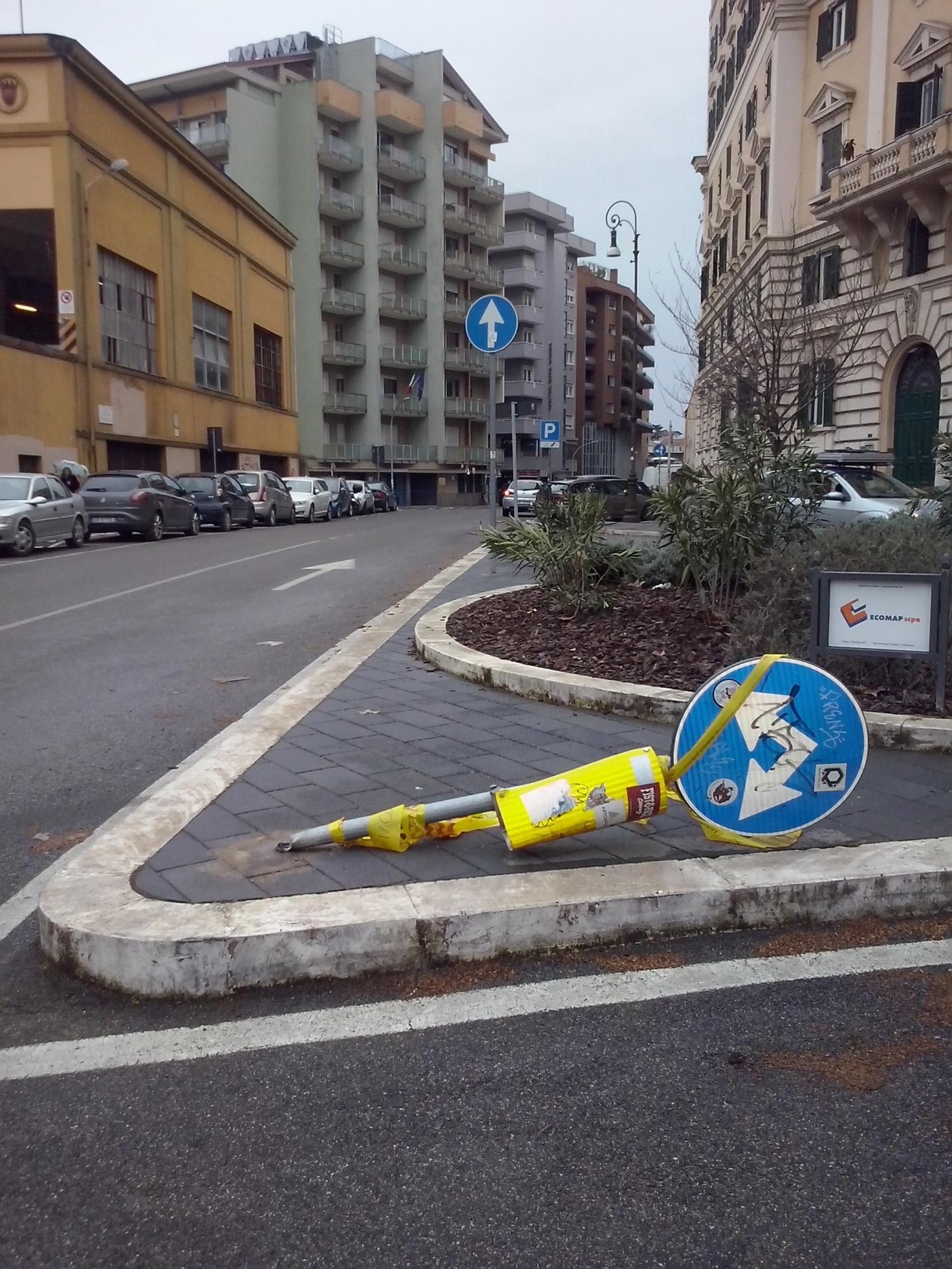 Autorijden in Rome? Houd rekening met omgevallen verkeersborden.