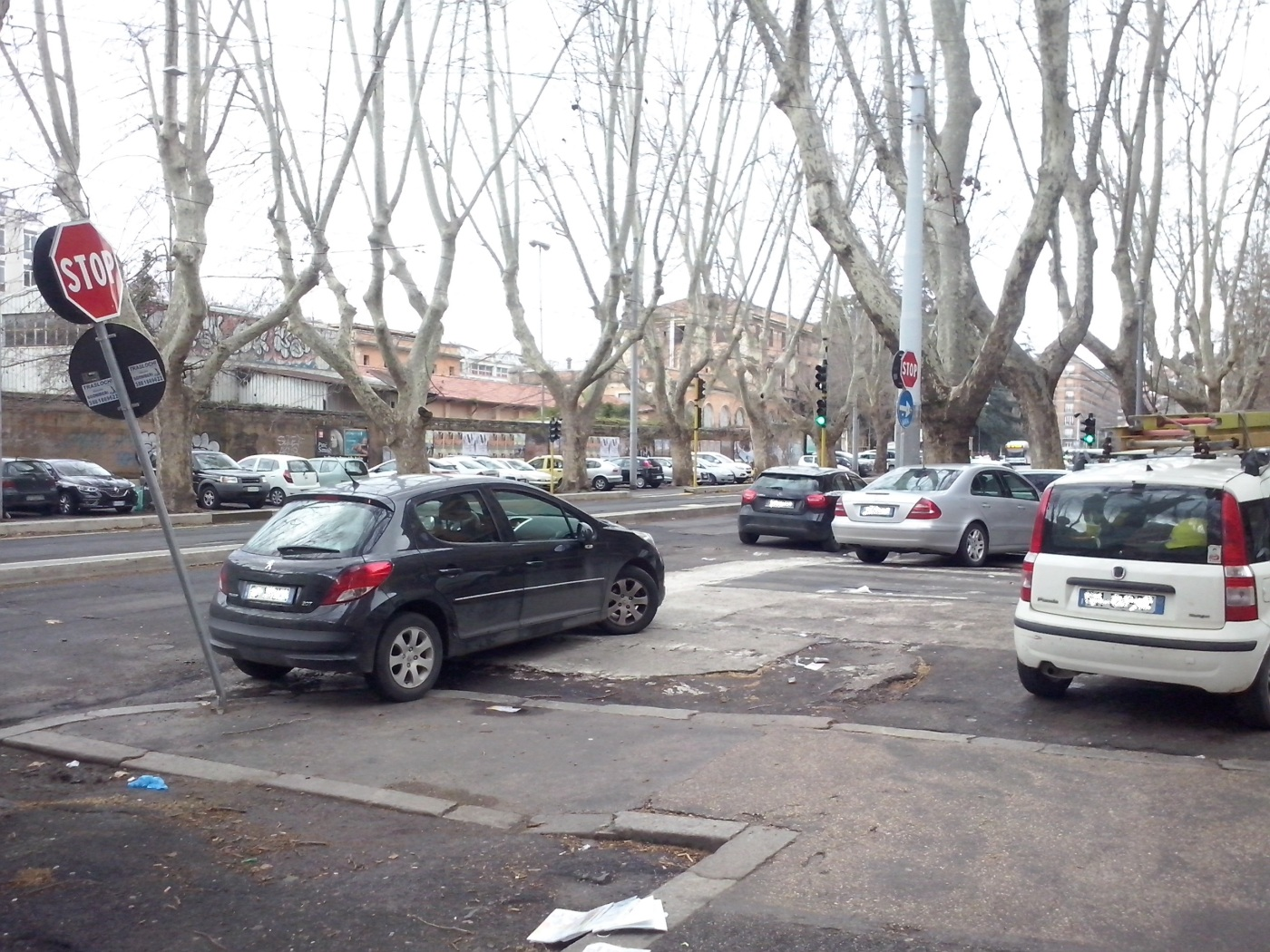 Twee auto's op de stoep, één op de weg en één op het zebrapad: hoppa, die staan.