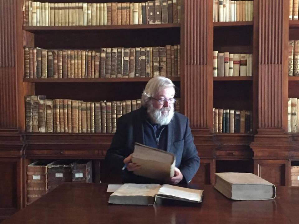 Stefaan Werbrouck in de archieven voor zijn nieuwe thriller.